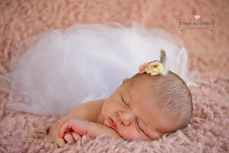 seance-bebe-naissance-montpellier-fille-fond-studio-photo